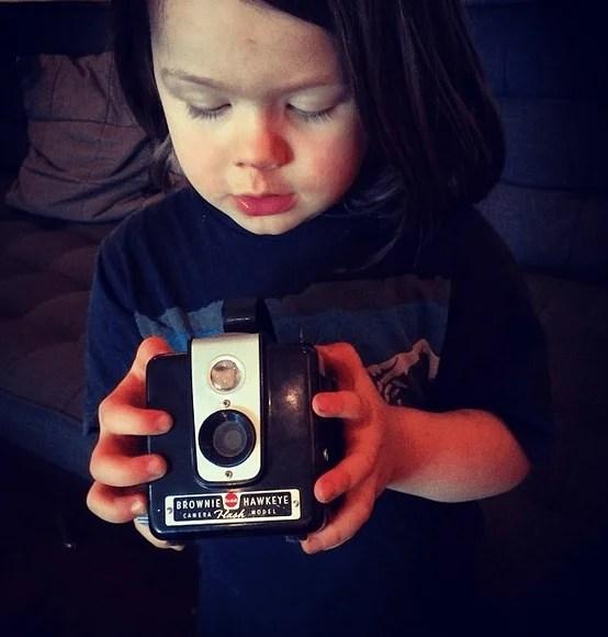 bimbo guarda polaroid