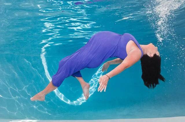 donna con vestito in acqua