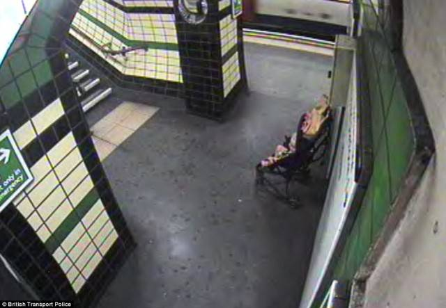 passeggino abbandonato in metro