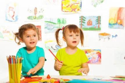 bambini con dietro disegni