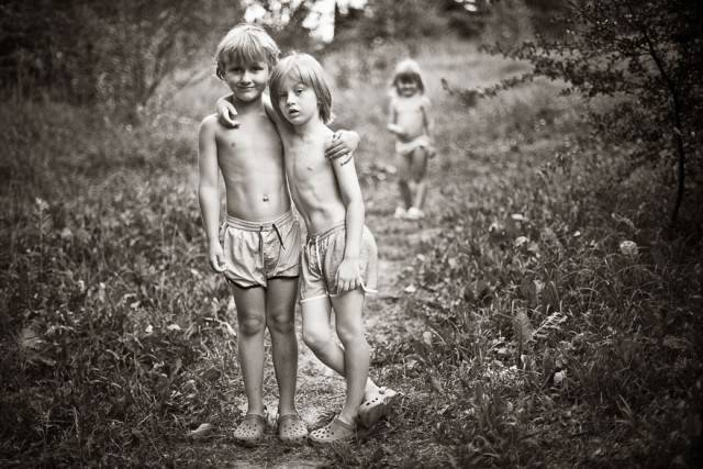 bambini si abbracciano