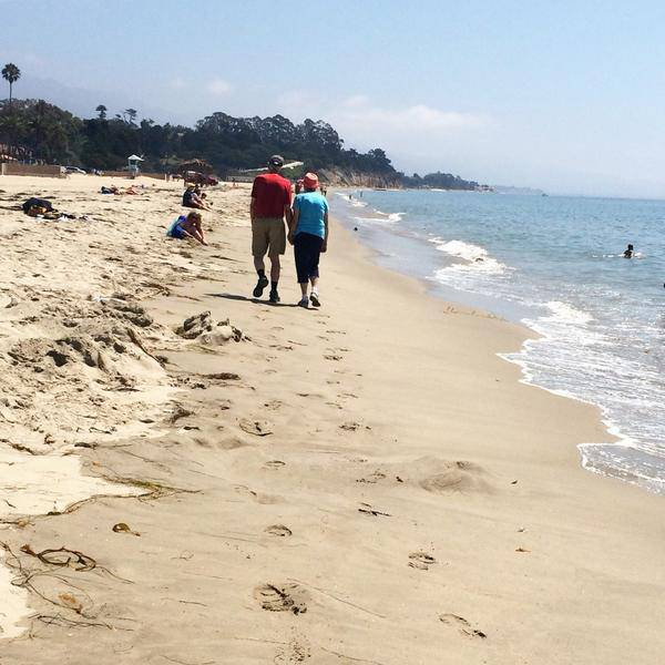 coppia passeggia sulla spiaggia