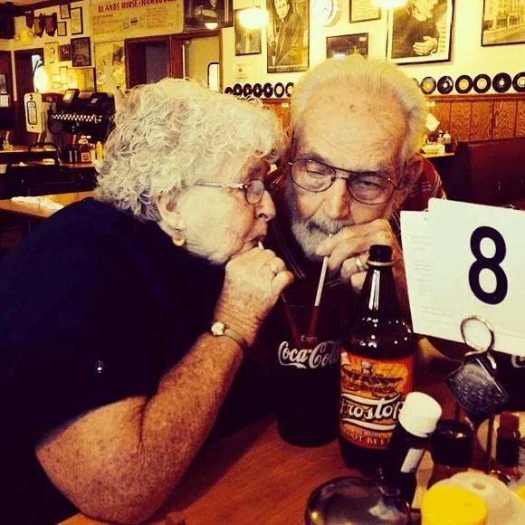 coppia anziana beve coca cola
