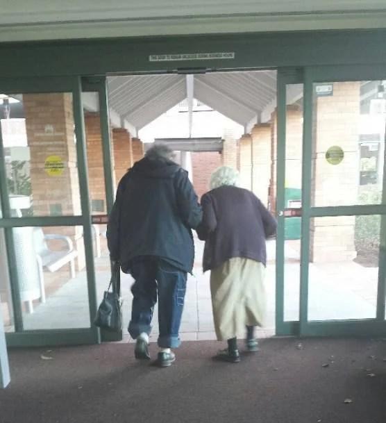 coppia anziana si aiuta coi pesi