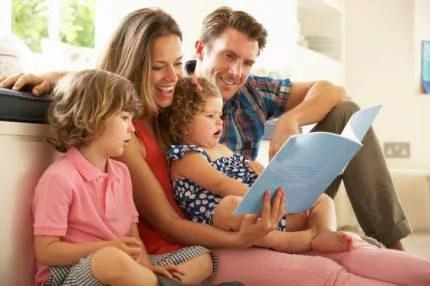 Genitori che leggono ai figli