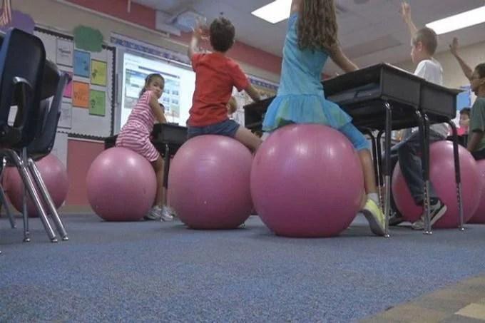 bambini siedono su palloni