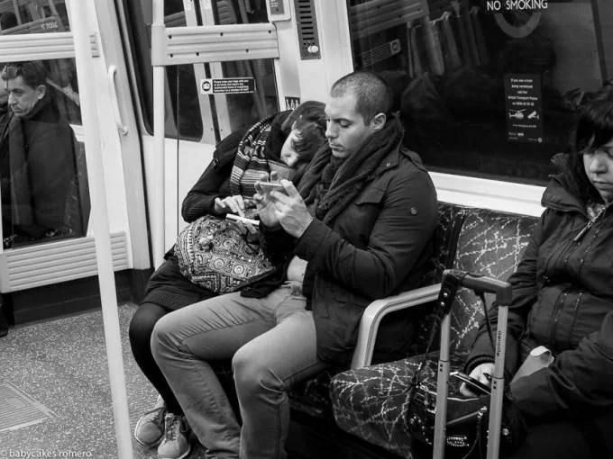 persone in metro guardano telefono