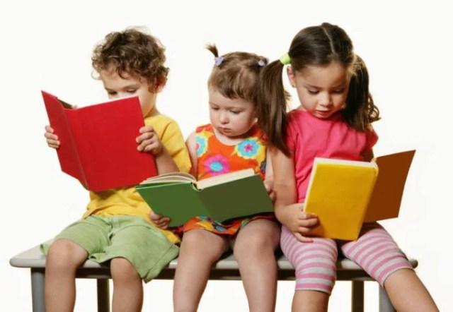 bambini leggono