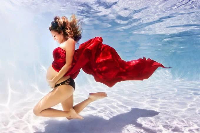 donna pancione sott acqua