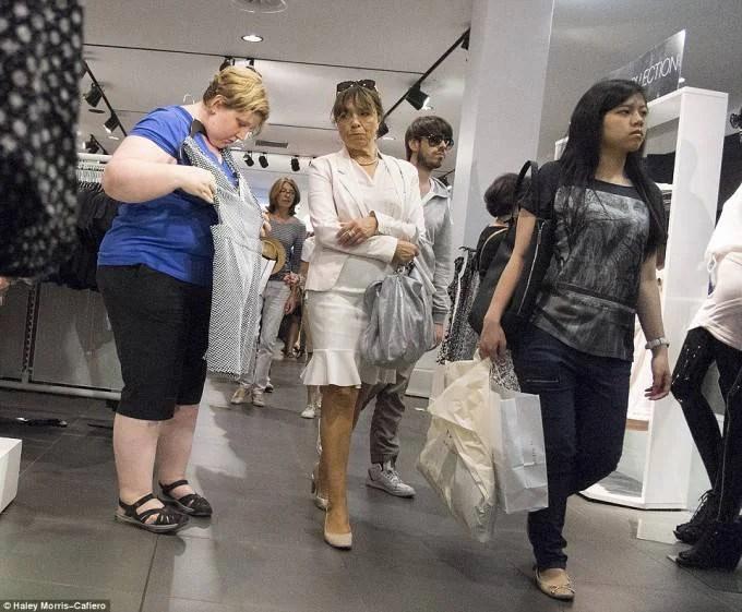 donna in sovrappeso prova i vestiti