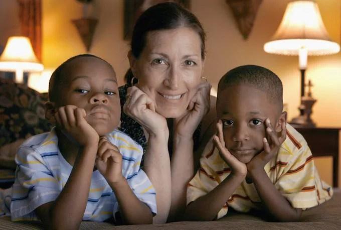 famiglia con figli adottati