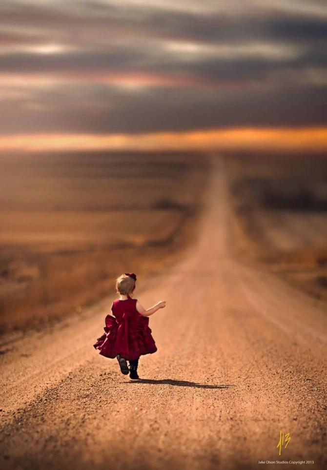 bambina con abito rosso che cammina