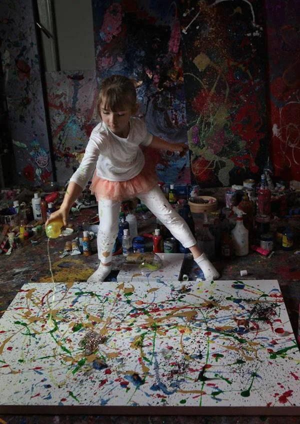 bimba di 7 anni dipinge