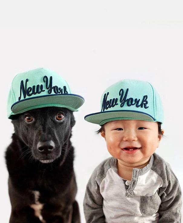 bimbo e cane con cappellino
