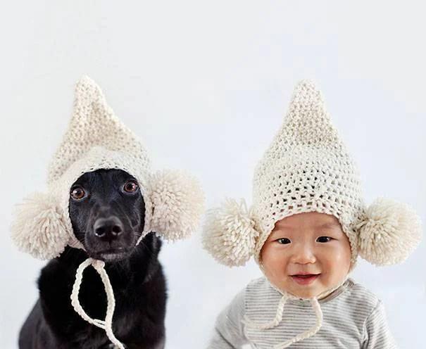 bimbo e cane con cappello a punta