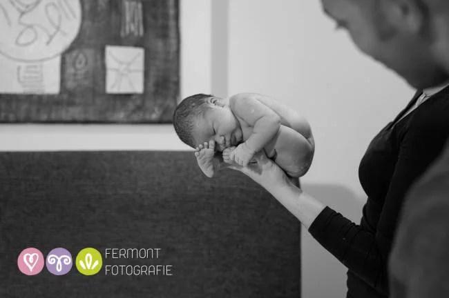 neonato dorme sulla mano