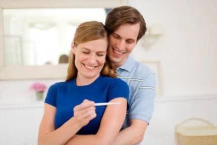 coppia felice con un testo di gravidanza
