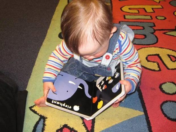 bimbo guarda libro