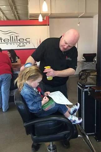papà acconcia capelli figlia