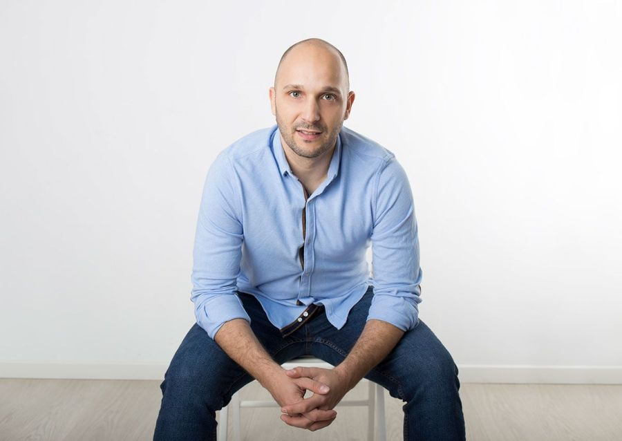 Saúl Pérez, sentado camisa vaquera