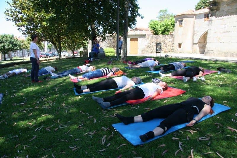 practicando la relajación al aire libre