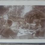 Militari citind ziarul Universul, perioada interbelica