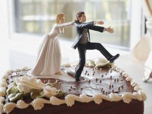 During the marriage ceremony, the bride was left heartbroken after her husband smashed the whole top tier of her wedding cake in her beautiful face.
