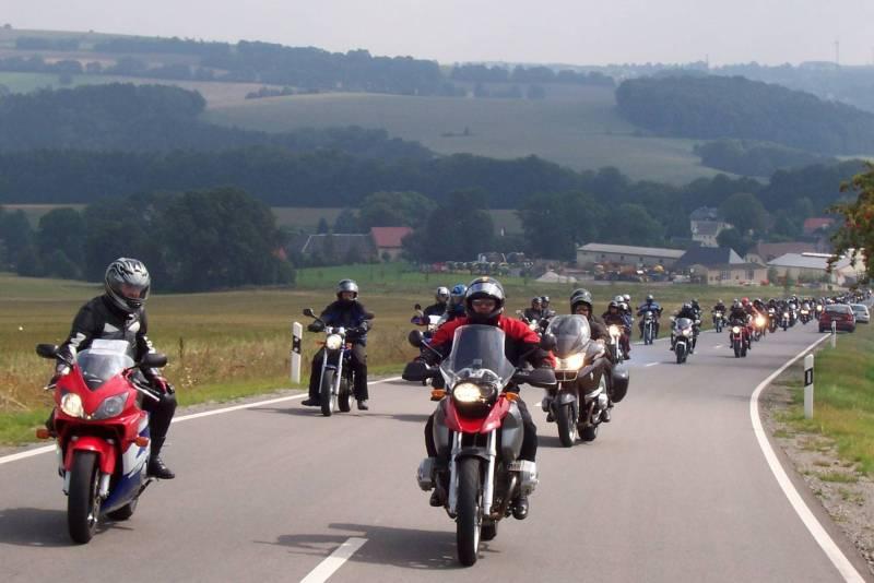 ^Eine Ausfahrt gehört auch bei den Oederan Hedgehogs zu einem gelungenen Motorradtreffen. Foto: Motorradtreffen am Klein-Erzgebirge