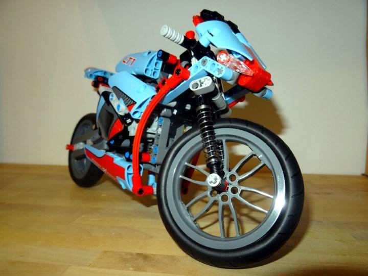 Das kleine Modell hat einen voll beweglichen Vierzylindermotor.