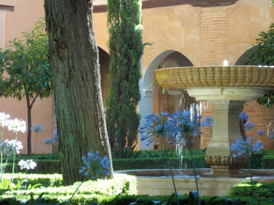 fountain in generalife garden, alhambra palace