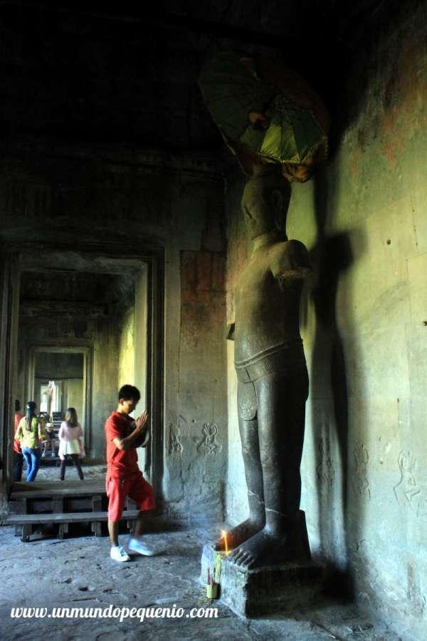 Rezando en Angkor Wat
