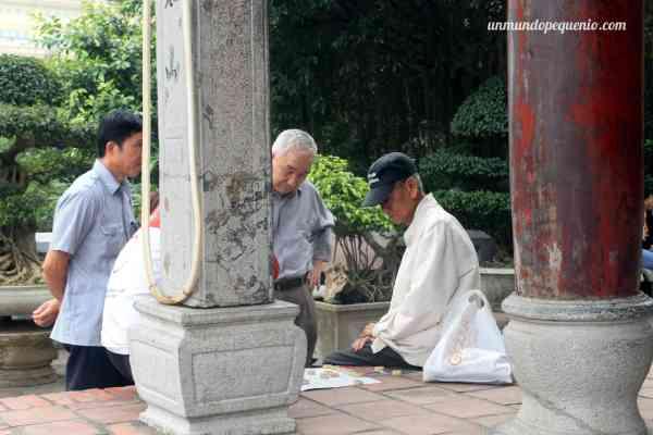Hombres jugando a las damas chinas en Ngoc Son