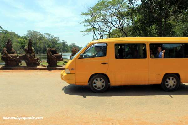 Camioneta de turistas en Angkor