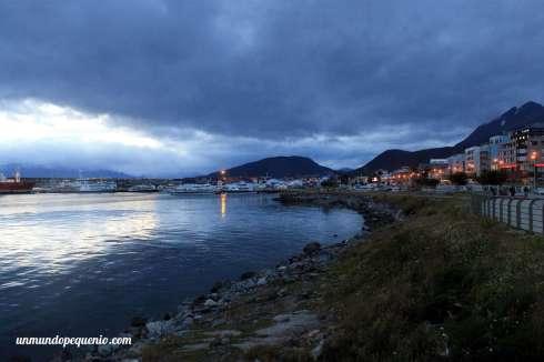 La bahía Ushuaia durante una noche blanca