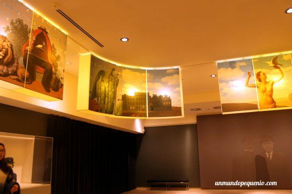 Imágenes en el hall del Museo Magritte
