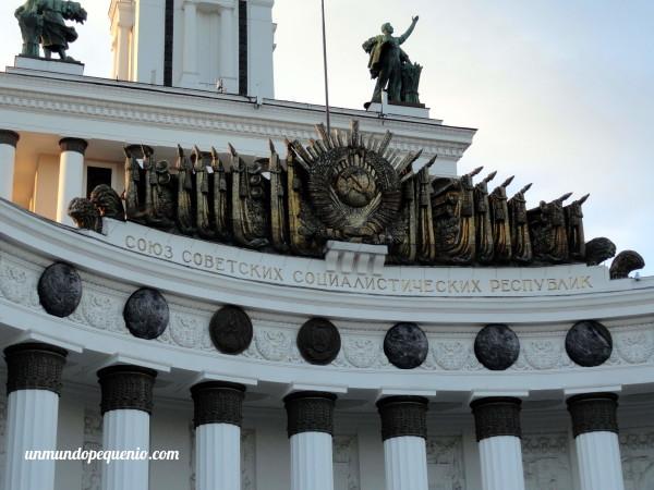 Motivos comunistas en el Pabellón Central VDNKh