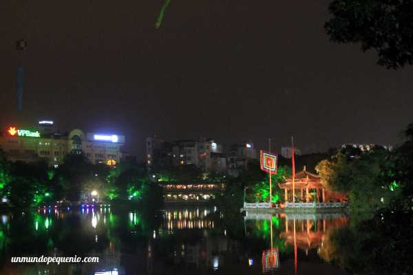 Templo Ngoc Son de noche
