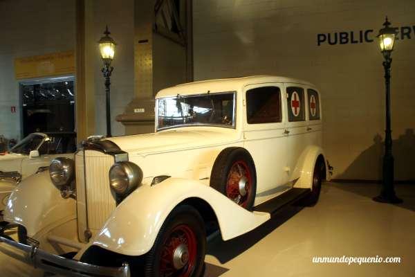 Viejo auto ambulancia