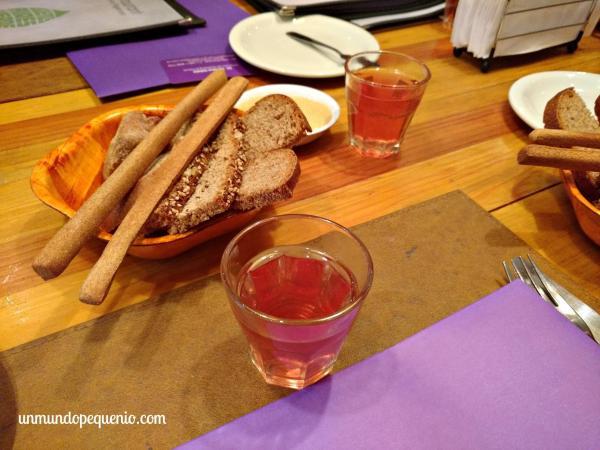 Panes y grisines con hummus y té de rosa mosqueta
