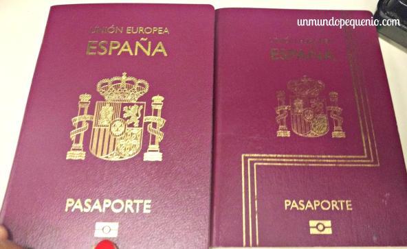 El nuevo pasaporte, a la izquierda; y el viejo, a la derecha