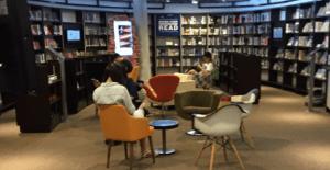 Mahasiswa Menikmati Perpustakaan