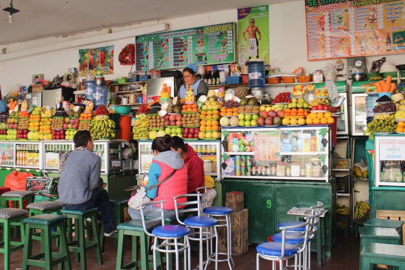 Vendeuse de jus de fruits au Mercado Central de Sucre en Bolivie