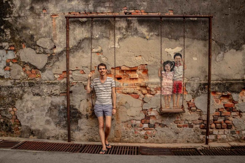 """Oeuvre de street art """"brother and sister on a swing"""" à Penang"""