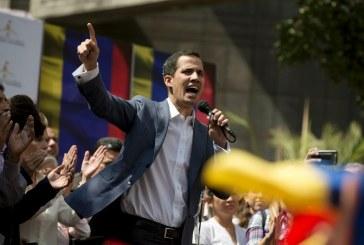 Juan Guaido juró delante de Dios asumir la presidencia de Venezuela