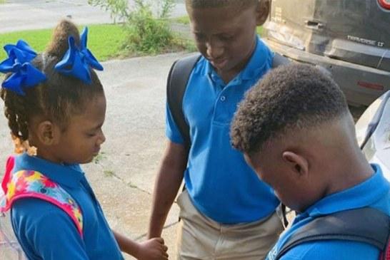 La foto del primer día de clases de los hermanos orando se vuelve viral: «Oremos por todos»