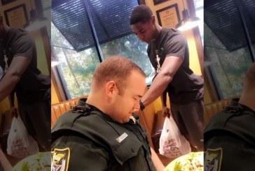 """Estudiante universitario ora por un policía en un restaurante local de la Florida : """"Estaba encendido con el Fuego de Dios"""""""