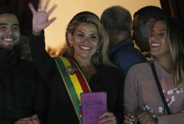 """""""Nuestra fuerza es Dios"""": Jeanine Áñes asume la presidencia de Bolivia con Biblia en mano"""