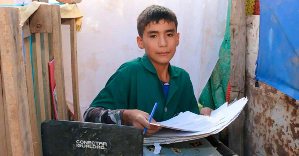 Con sólo 12 años abrió una escuela en su patio para ayudar a otros niños