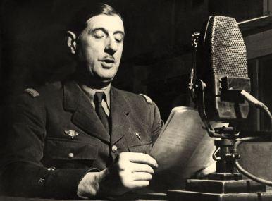 Le général Charles de Gaulle lance l'appel aux Français à la radio BBC à Londres le 18 juin 1940. Ni le texte conservé ni la photo qui l'accompagne bien souvent ne datent du 18 juin 1940.