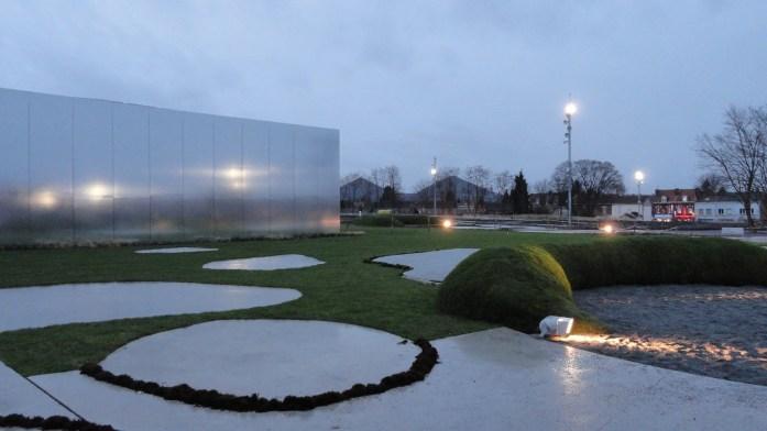 Le Louvre - Lens, extérieur de nuit et les terrils jumeaux